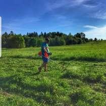 Покос травы ибурьяна триммером, в Пензе