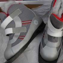 Продаю новые утеплённые лыжные ботинки 36-37 размера, в Анапе
