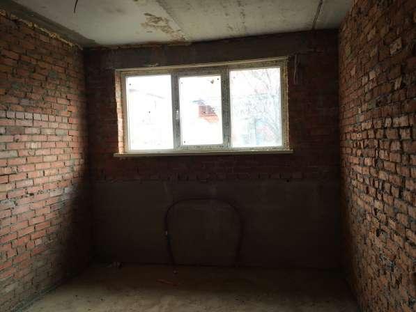 Продам студию в полуцокольном этаже (большие окна)
