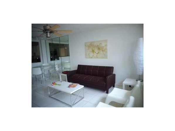 Квартира с ремонтом в Халландейле, Флорида