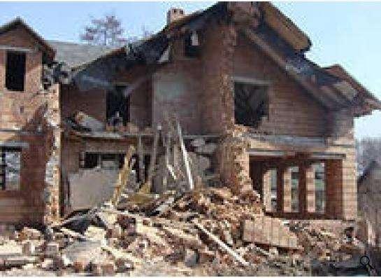 Слом (демонтаж, снос) домов, зданий и сооружений.