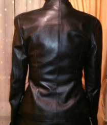 Куртка кожаная, черного цвета, с белым воротником и манжетам, в Москве
