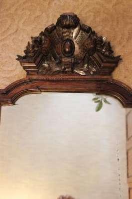 Антикварный буфет и большое антикварное зеркало