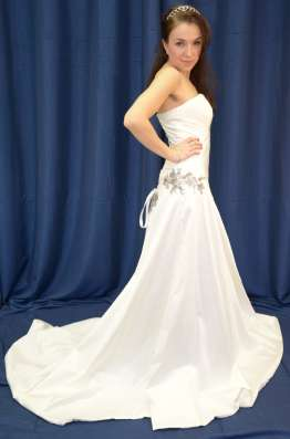Атласное свадебное платье со шлейфом в Москве Фото 1