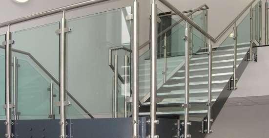Ограждения из стекла на стойках, с поручнем в Калуге Фото 1