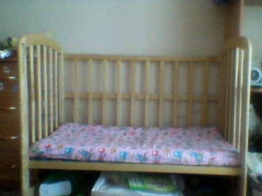 Продам детскую кроватку, светлое дерево на колесиках