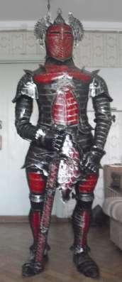 Рыцарь в доспехе-скульптура из металла