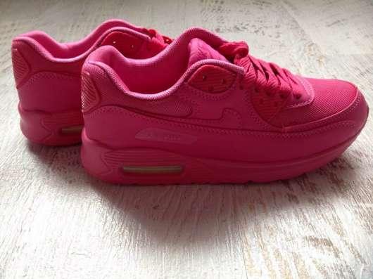 Яркие новые кроссовки