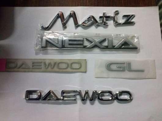 """Надпись """"Daewoo"""" крышки багажника на Нексию 96186962"""